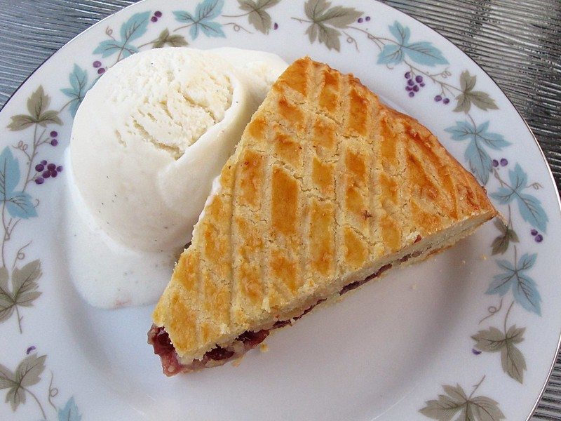 Gâteau basque avec de la confiture